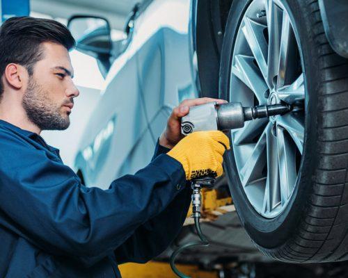 https://yerindelastikdegisimi.com/wp-content/uploads/2020/11/mechanic-changing-tire-500x400.jpg